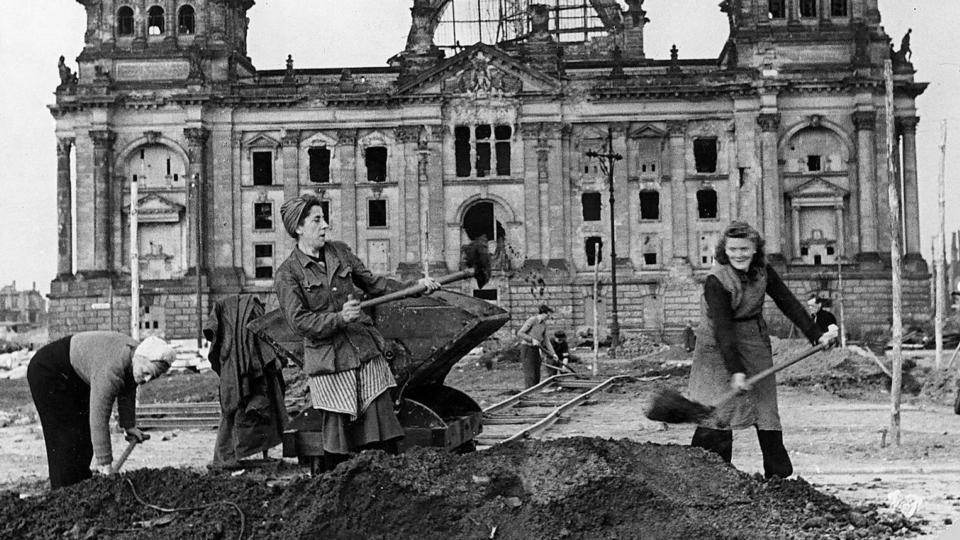 Women shoveling debri in Berlin